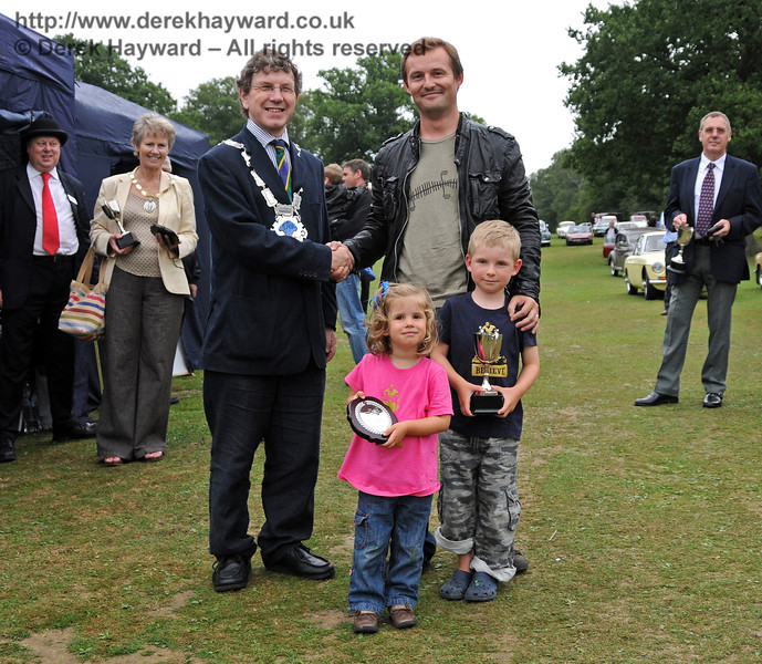 Nicholas Bentley (and children) receives the Grinstead Cup for best Classic and Vintage Car from Councillor Steve Barnett (Mayor of East Grinstead). Horsted Keynes 22.08.2010  4348