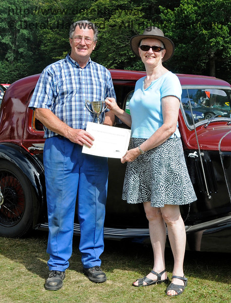 The award for best Tractor was received by Ray Woolford for his David Brown, VSV921.  Vintage Transport Weekend, Horsted Keynes.  09.08.2015  13655