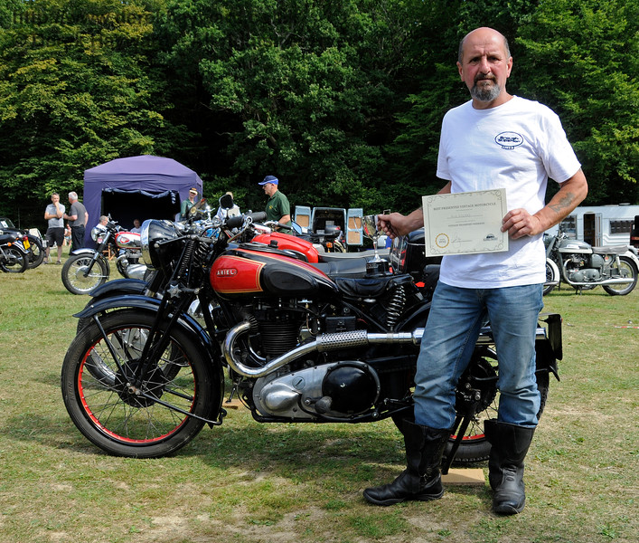 The award for best Pre-1947 Motor Cycle went to Mark Grainger for his Aerial, ESU883.  Vintage Transport Weekend, Horsted Keynes.  09.08.2015  13675