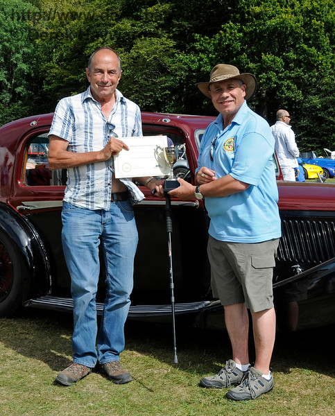 The award for Best Vintage Car went to Alan Pitches (left) for his Rover P6 FAP145L.  Vintage Transport Weekend, Horsted Keynes.  09.08.2015   13669