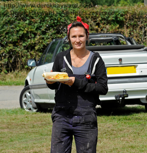 If you are in charge of a traction engine it is vital to get a good lunch... (Are those chips?)  Vintage Transport Weekend, Horsted Keynes, 14.08.2016  13801