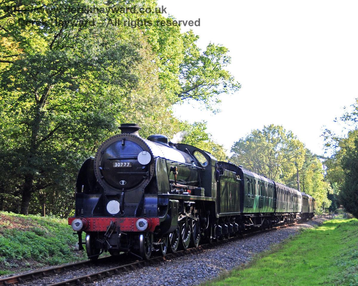 30777 Sir Lamiel approaches Birchstone Bridge.  22.10.2010  5162