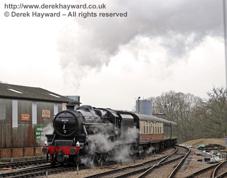 45231 arrives at Horsted Keynes with a Santa Special.  14.12.2013  8474