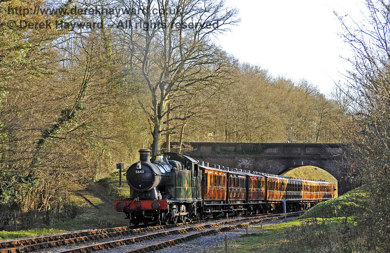5643 hauls the vintage coaches north through Leamland Bridge.  16.03.2014  8757