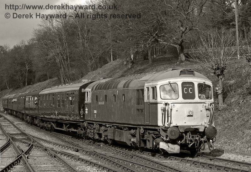 33103 Swordfish approaches Horsted Keynes.  21.03.2014  8809/BW