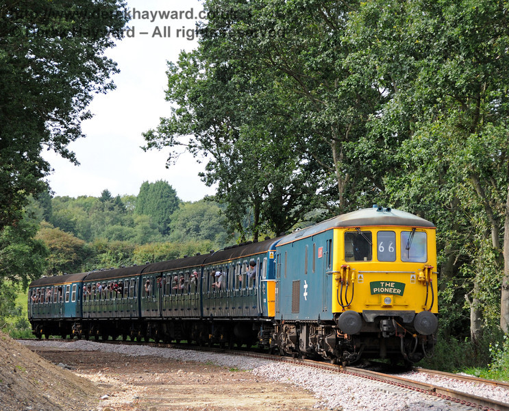 73121 (73208) Kirsten in Hill Place Cutting with a shuttle train.  04.09.2010  4470