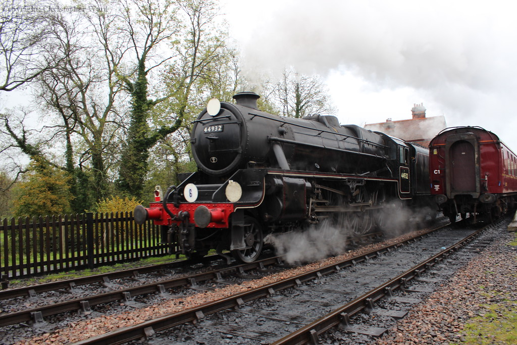 44932, having taken water, runs back to take the front of the tour