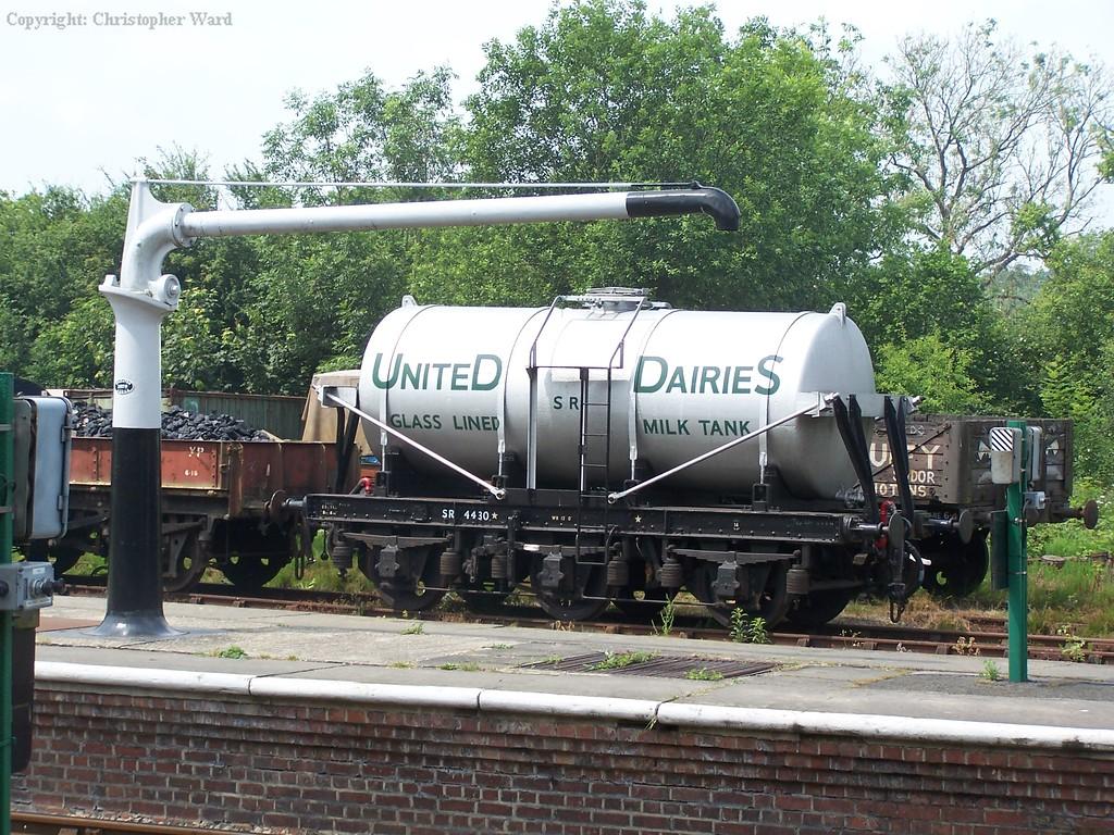 The six-wheel milk tank
