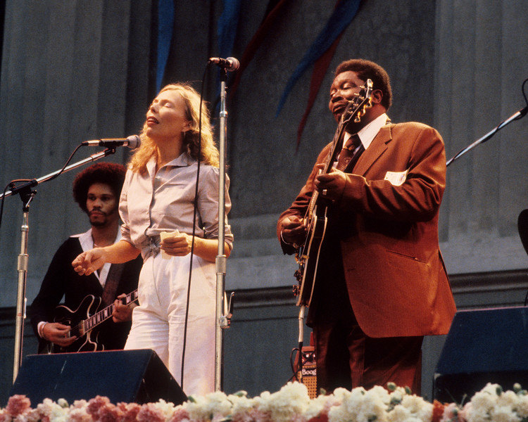 Joni Mitchell & B.B. King perform together at the Bread & Roses Festival at the Greek Theater in Berkeley in June 1981.