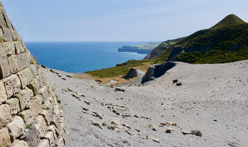 Bočné cestičky na útesoch pri Boulby