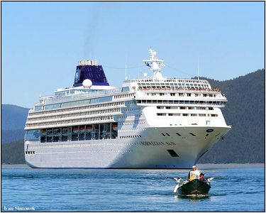 """A BIG SURPRISE"", a cruise ship Norwegian Sun and a couple of oblivious alaskan fishermen near Wrangell, Alaska, USA.-----""VELKE PREKVAPENI"", turisticka lod Norwegian Sun a dvojice nevsimavych aljasskych rybaru u Wrangellu, Aljaska, USA."
