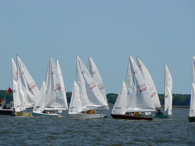 The boats are beginning to line up for the start.