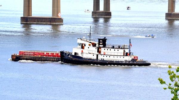 Henry Mariene Yemtzis / Weeks 75 on the hip Newburgh-Beacon Bridge 5/12/14 13:43 Note no upper wheelhouse