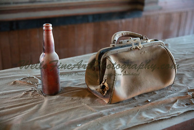 387A8054 Handbag & beer bottle