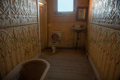387A8062 Bathroom with copper walls