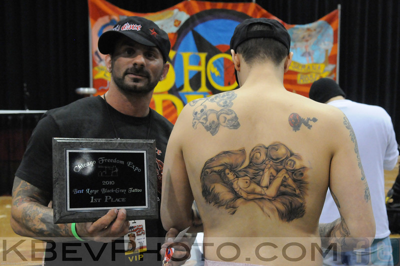 Kidd Joe showing his art on Nick's back