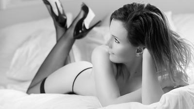 eline black and white boudoir