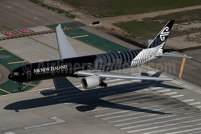 Air New Zealand Boeing 777-319 ER ZK-OKQ (msn 40689) (All Blacks-Crazy about Rugby) LAX (Rainer Bexten). Image: 908702.