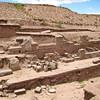 Тиуанако раскопки верхнего храма Akapana. Самое внушительное сооружение в Тиуанако - пирамида Акапана, построенная на основе древней геологической формации. Это искусственно насыпанный холм с основанием 600х600 футов (200 квадратных метров), высотой 50 футов (17 м). Это курган неправильной формы, состоящий из семи террас, наверху которого находится большая впадина. Шаг ступеней на лестницах пирамиды - более 1 метра. Какого же роста должны быть те, кто ходил по этим ступеням? Внутри холма археологи обнаружили любопытное переплетение зигзагообразных каменных водотоков. Раскопки пирамиды ведутся до сих пор.