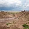Тиуанако раскопки верхнего храма Akapana. В центре плоской вершины находится овальное углубление, которое, считается, образовалось благодаря испанцам-мародерам, которые так изуродовали вершину пирамиды. Однако некоторые археологи полагают, что вершина не была плоской изначально, и жители города использовали ее как резервуар для хранения воды. Большое число камней пирамиды были растащены и использованы для строительства местных домов и церквей в колониальный период, так что в настоящий момент от былого величия этого сооружения мало что осталось.