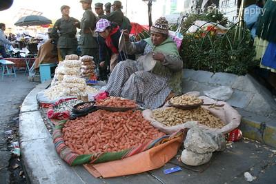 Cholita vendiendo mani / Cholita selling peanuts