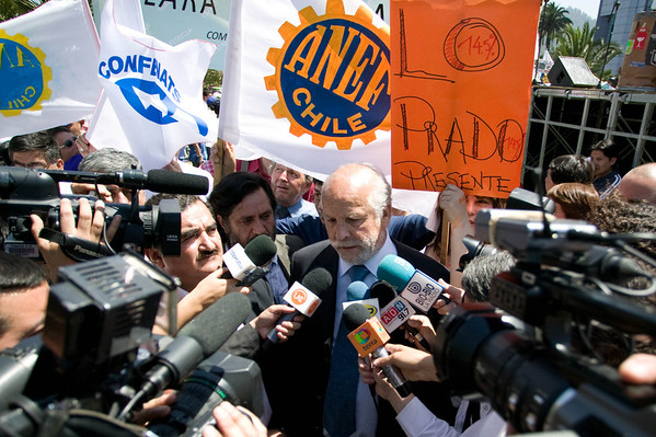 National Association of Government Employees (ANEF) president Raul de la Puente speaks to reporters during a massive two-day strike by 400,000 Chilean public employees on Nov. 11 and 12 in a push for a 14.5% pay increase.  Santiago, Chile, 2008