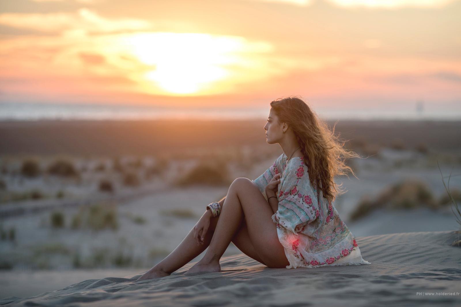 seance photo plage de l'espiguette - Léa sur la plage au couché du soleil.