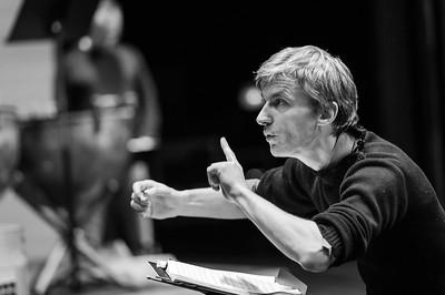 Vincent Dumestre dirige son orchestre. Reportage pour le Poème Harmonique