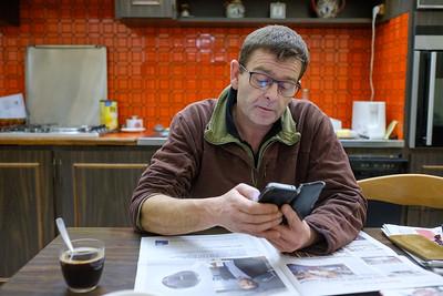 8h du matin, le brief à été fait à ses équipes. Fabien consulte ses mails en prenant son café chez sa grand mère juste à coté de la ferme. Reportage pour la Ferme Varet