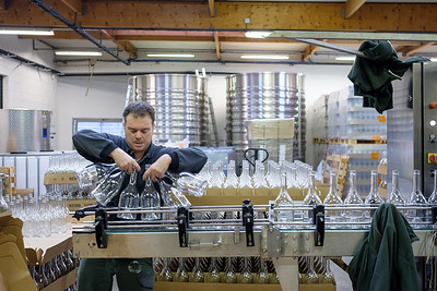 Embouteillage du vin de l'entreprise la Winerie Parisienne