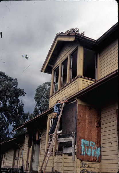 Window & screen removal. Michael Glassow, 11/28/1981. acc2005.001.0126