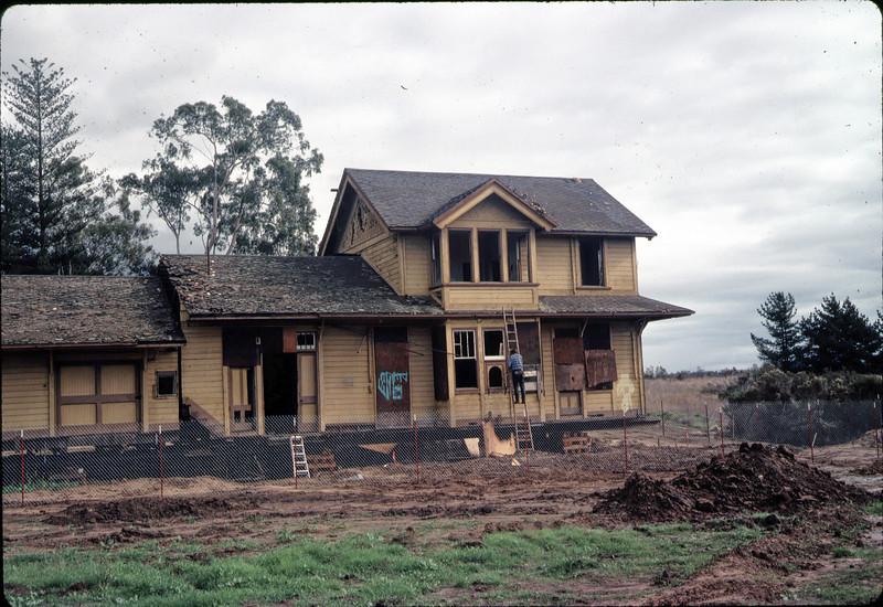 Window & screen removal. Michael Glassow, 11/28/1981. acc2005.001.0125