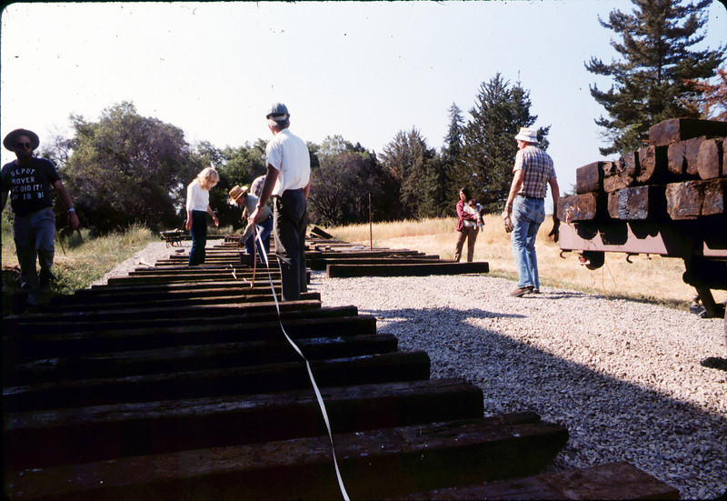 Laying of the standard-gauge track, 5/11/1985 acc2005.001.0519