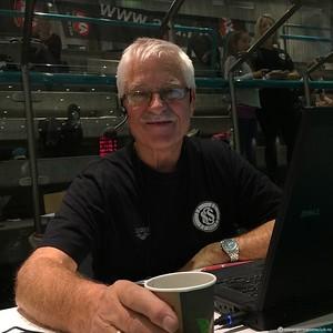Vår eminente speaker Odd Svensen gjør en fantastisk jobb som alltid!!! Du e goe Odd!! Me sette ekstremt stor pris på alt du gjør for klubben vår og svømmesporten i byen!!!!!