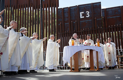 Mass at the border fence. Nogales AZ ©Bob Torrez