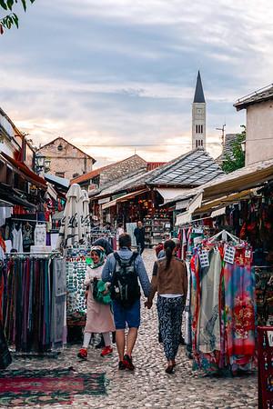 People shopping in Mostar's Old Bazaar Kujundziluk. / Des gens magasinent dans le Vieux bazar de Mostar.