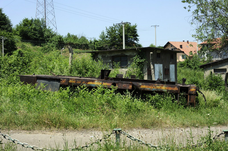 ??, Banovici railway works, Bosnia-Hercegovina, Wed 11 June 2014.  Possibly the remains of another 4wDH conversion from the second diesel supplied in 1987 by Maskina Industrija Nis (MIN).  720-001 was operational at the time of my visit.  720-003, which I did not see, was operational in 2009.