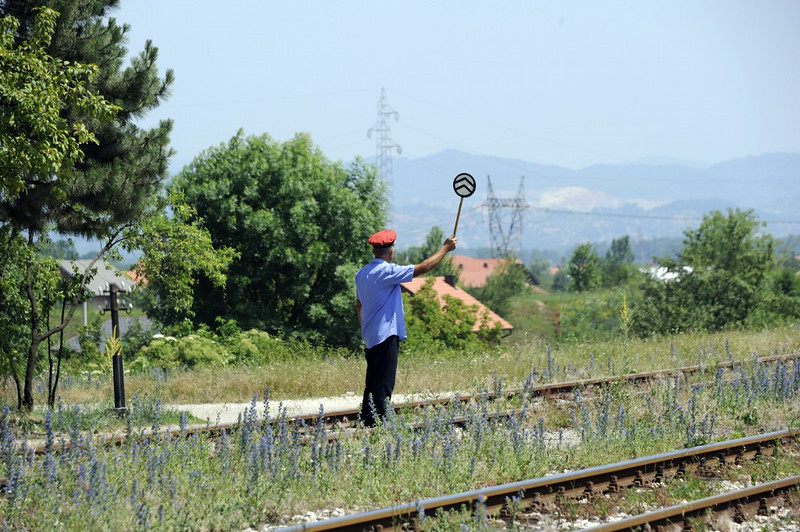 Run past between Zivince and Banovici, Bosnia-Hercegovina, Wed 11 June 2014 1 - 1138.  The red cap gives the right away...