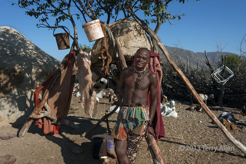 Himba-man-in-front-of-the-`collect-everything`-tree,-Epupa,-Namibi