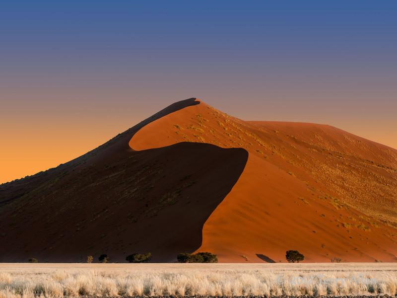 Sand-dune-at-sunrise,-Sossusvlei
