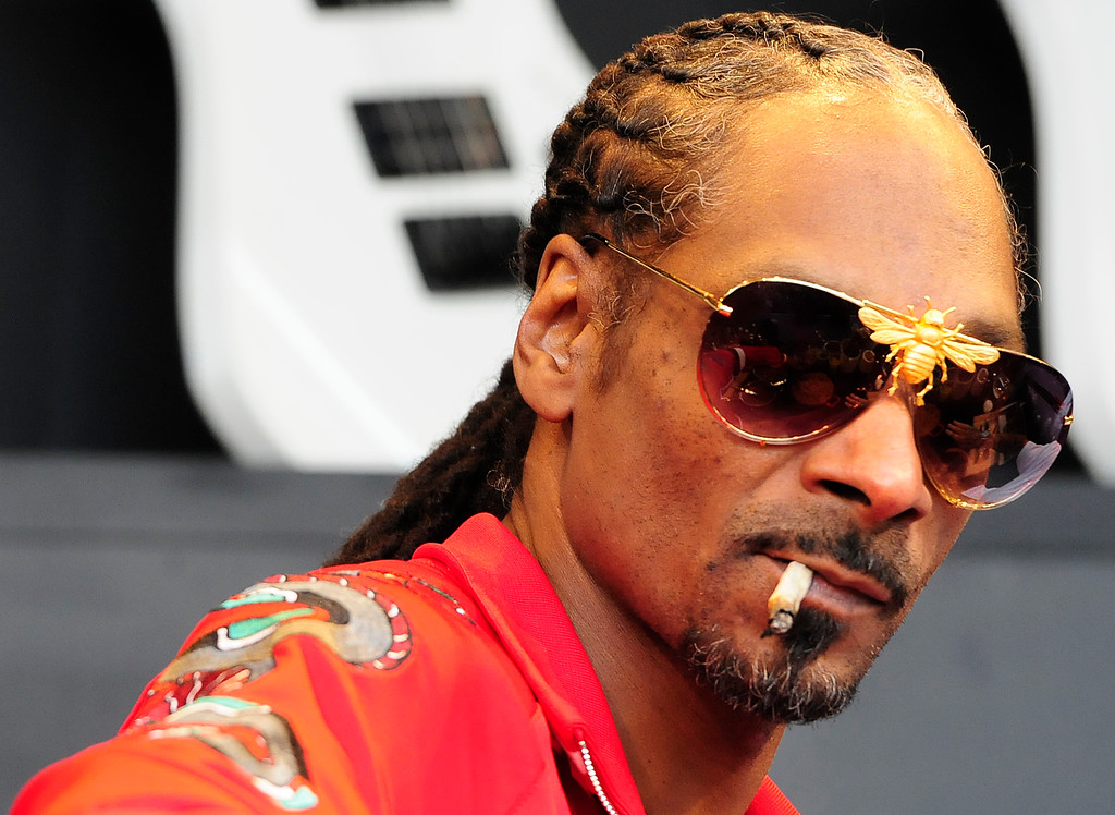 . NAPA, CA - MAY 26, Snoop Dogg wears bee glasses as he smokes a joint on the Williams Sonoma Culinary Stage before setting a world record for the largest gin and juice with Michael Voltaggio and Warren G during the second day of BottleRock Napa Valley Music Festival. (CHRIS RILEY/TIMES-HERALD)