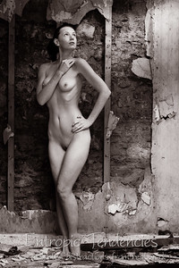Chrissie_Red_derelict_cottage_nude_2J2U8250-Edit