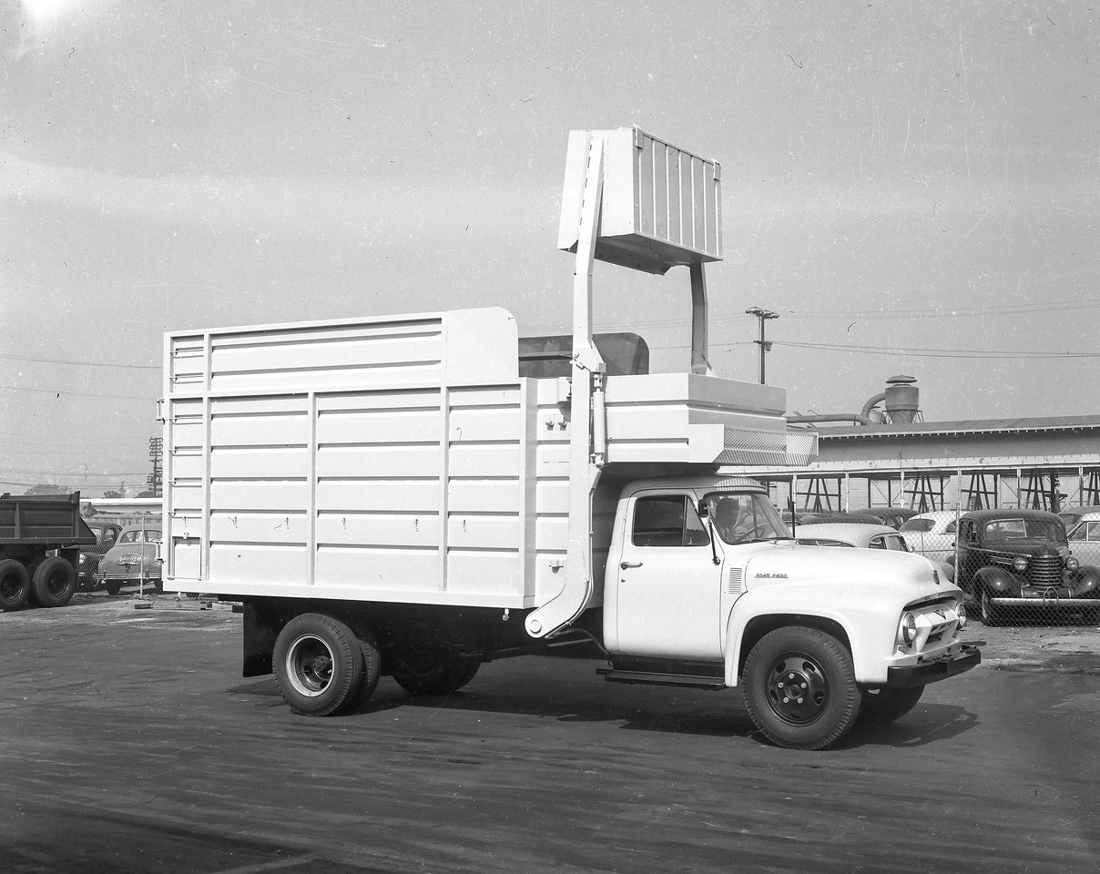 Possible Bowles truck. In the very early day's it was difficult to distinguish between manufactuers due to inconsistent bracing paterns.