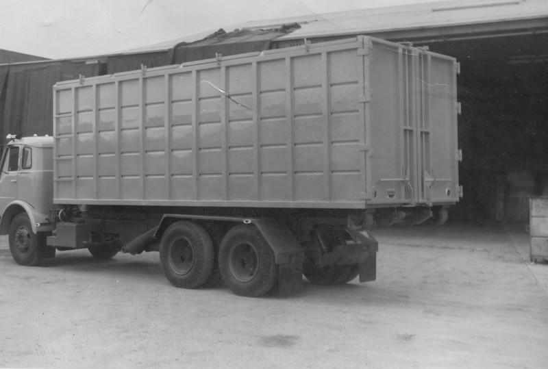 International 1950B Bowles Roll Off