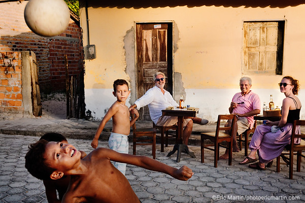 BRESIL. THIERRY TEYSSIER LE CREATEUR DE 700 000 HEURES  LE PREMIER HOTEL ITINERANT DU MONDE INVESTIT PENDANT 6 MOIS LES DUNES DU LENCOIS MARAHNESE. THIERRY TEYSSIER ORGANISE ICI UNE DEGUSTATION DE CACHACA DANS LE VILLAGE DE SANTO AMARO