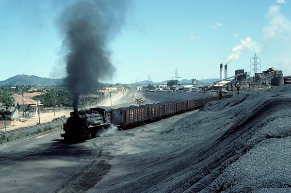Dona Teresa Cristina Railway No 157, near Tubarao, Brazil, 21 October 1976.  The 1941 Alco 2-8-2 tackles the same head shunt with the next train.  Photo by Les Tindall.