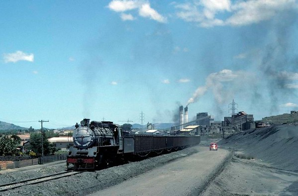 Capivari power station No 5, near Tubarao, Brazil, 21 October 1976 2.  Heading the loaded coal train up a steep head shunt before setting it back into the washery.  Photo by Les Tindall.