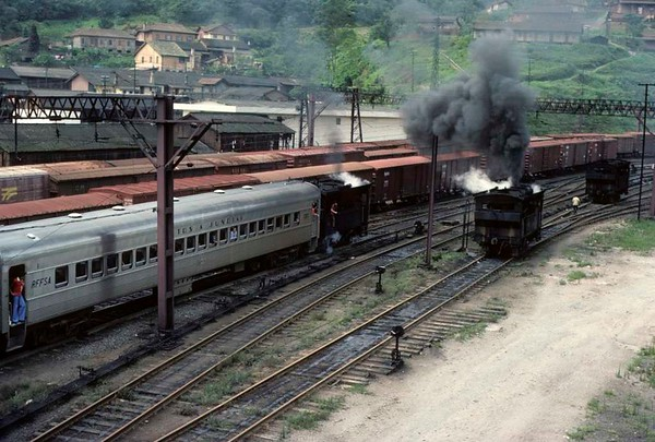 Paranapiacaba station, Santos a Jundiai Railway, Brazil, 18 October 1976.  One of the 0-4-0 tram engines departs for Santos with half an EMU.  Photo by Les Tindall.