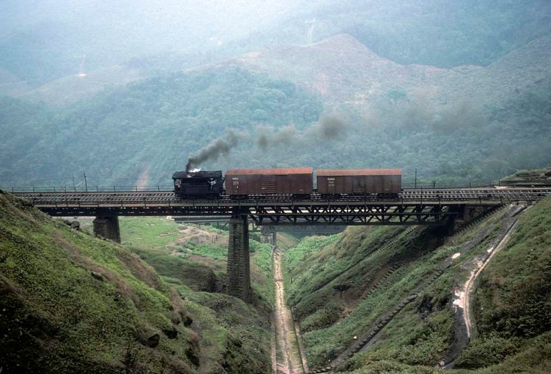 Paranapiacaba station, Santos a Jundiai Railway, Brazil, 18 October 1976.  Descending the top incline.   Photo by Les Tindall.