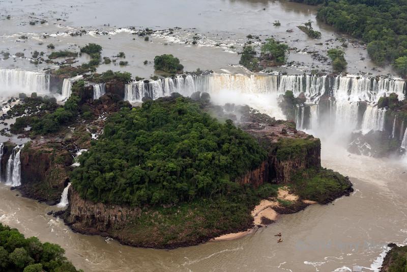 Aerial-shot-of-Ilha-do-Sao-Martin-and-St-Martin-falls,-Argentina-Brazil-border